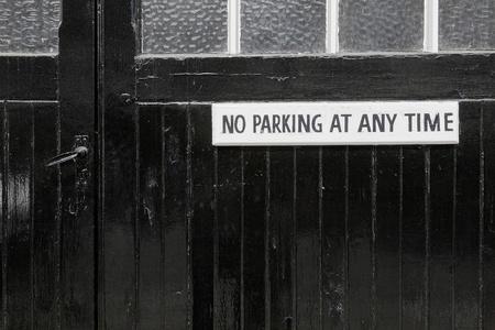 no parking: Pas de parking sur une porte de garage peint en noir