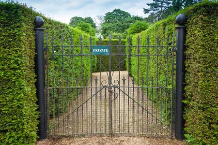 puertas de hierro: Puertas de hierro forjado con la muestra privada