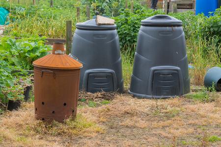 inceneritore: Bidoni compost e giardino inceneritore. Archivio Fotografico