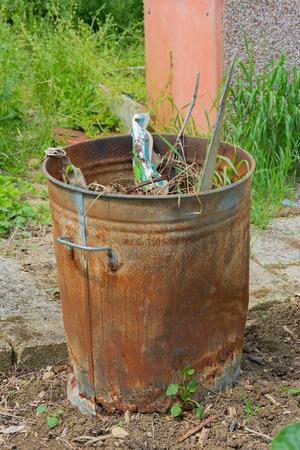 inceneritore: Inceneritore Outdoor pieno di spazzatura giardino