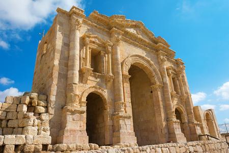 hadrian: El Arco de Adriano en Jersah en Jordania