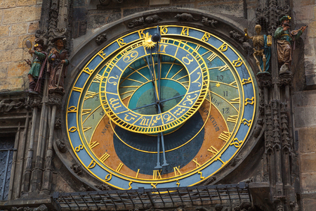 cronologia: El reloj astronómico en la ciudad vieja Praga un detalle de la esfera del reloj. Foto de archivo