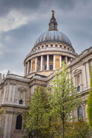 St Pauls Cathedral in London, against a cloudy sky. By the architect Sir Christopher Wren. Banco de Imagens