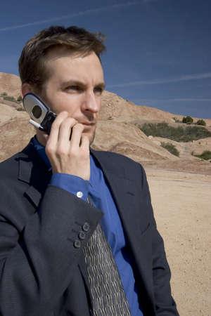cel: L'uomo per il suo telefono cellulare nel deserto