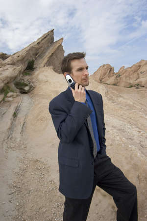 cel: l'uomo a telefono cellulare nel deserto