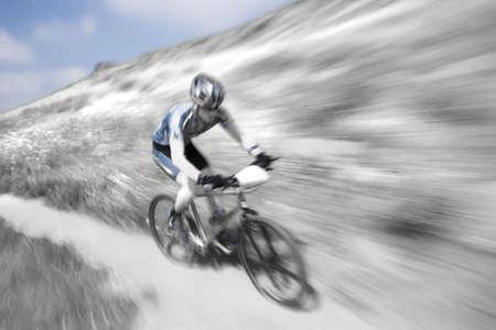 moto da cross: Competitore in una corsa in discesa della bici della montagna