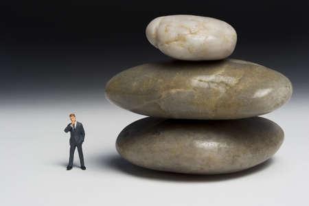 contrema�tre: Business figurine plac�e � c�t� de rochers