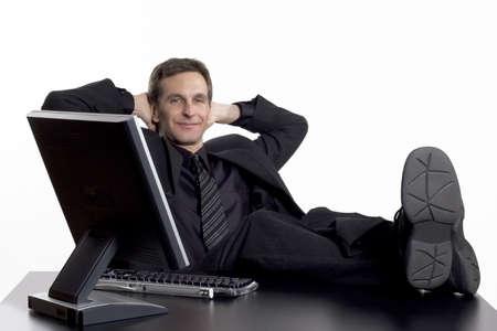 perezoso: Hombre de negocios con sus pies sobre su escritorio