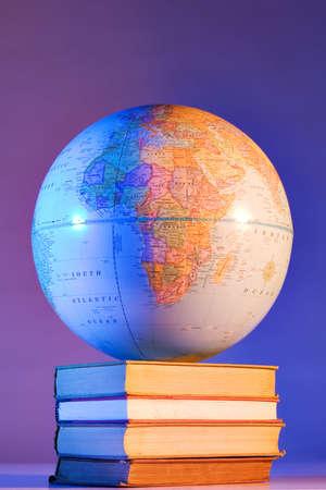 Globe sur la pile de livres
