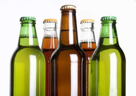 botellas de cerveza: Botellas de cerveza contra un fondo blanco