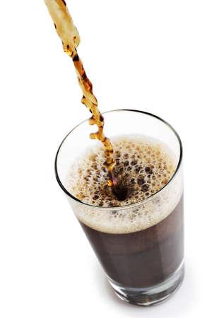 carbonation: Verter un refresco en un vaso blanco