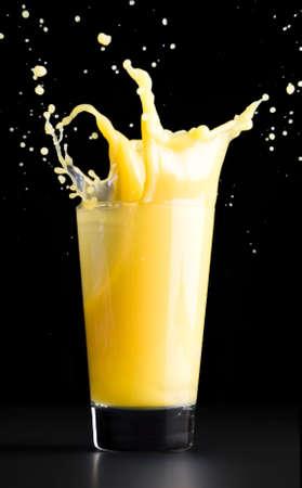 jus orange glazen: sinaasappelsap splash Stockfoto