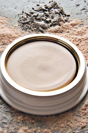 화강암 탁상에 파우더 메이크업 배치