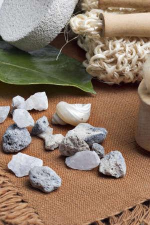 貝殻と海石背中スクラブします。