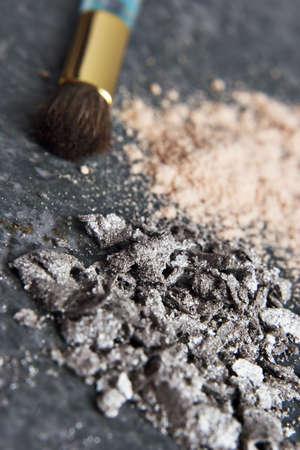 화강암 탁상에 파우더 메이크업과 브러쉬 배치