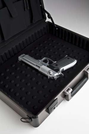 ブリーフケースの銃