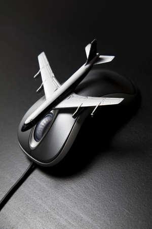 Speel goed vlieg tuig geplaatst op een computer muis Stockfoto