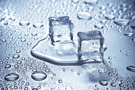 melting: Fusi�n de cubos de hielo en una mesa de metal