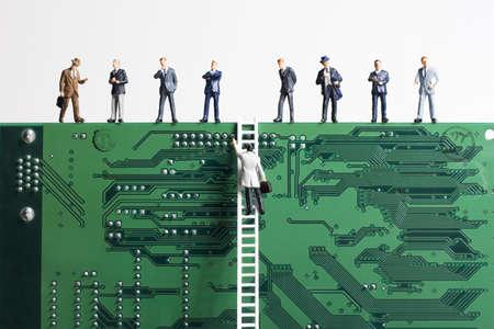 comit� d entreprise: Figurines en entreprise et une petite �chelle plac� contre un circuit imprim�  Banque d'images