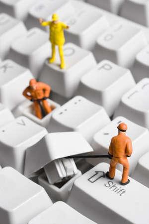 Werknemer beeldjes gesteld aan eruit zien alsof ze zijn bezig met een toetsenbord.  Stockfoto