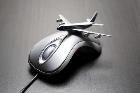 orden de compra: Avi�n de juguete colocado sobre un rat�n de ordenador  Foto de archivo
