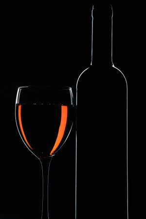 赤ワインと黒の背景のボトルのガラス 写真素材