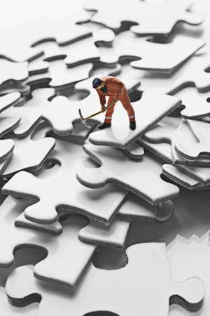 Figurine de travailleur sur des morceaux de puzzle Banque d'images - 7792678