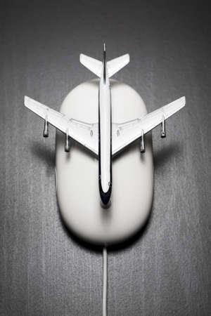Speelgoedvliegtuig op computermuis