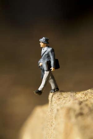 Figurilla de empresario que plantea al parecer se está caminando un precipicio  Foto de archivo - 7989639