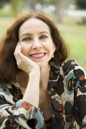 公園に笑みを浮かべて中年の女性の肖像画