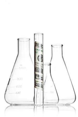 Reageerbuis met 100 dollarbiljetten in de voorkant van flessen Stockfoto
