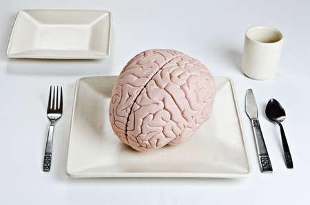 식기와 저녁 식사를 접시에 인간의 두뇌 모델