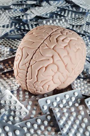 알약과 인간의 두뇌 모델 스톡 콘텐츠