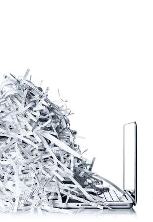Laptop computer en papiersnippers Stockfoto