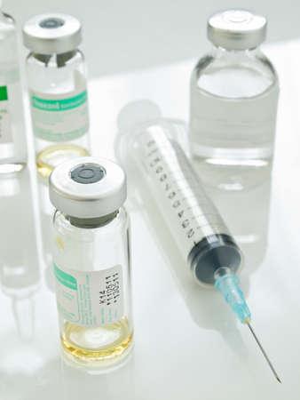 vacunacion: Jeringa y viales