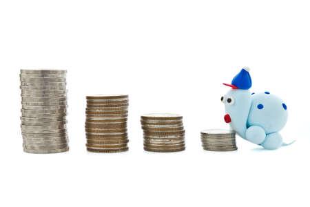 slowly: Montón de monedas y la tortuga de plastilina para el concepto de planificación financiera Foto de archivo