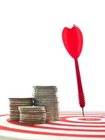 objetivo: Montón de monedas de dariboard y dart de concepto de planificación financiera Foto de archivo