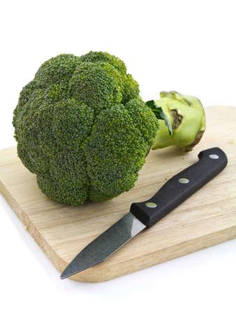 まな板: ブロッコリーとまな板ボード上にナイフ