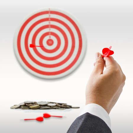 target business: Hombre de negocios va a lanzar el dardo a la diana Foto de archivo