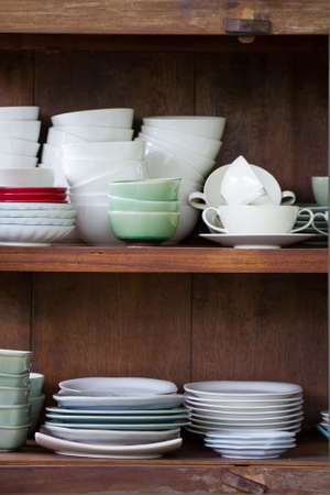 瀬戸物: 木製の larder の食器 写真素材