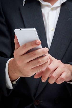 celulas humanas: Empresario utilizando tel�fono inteligente blanco