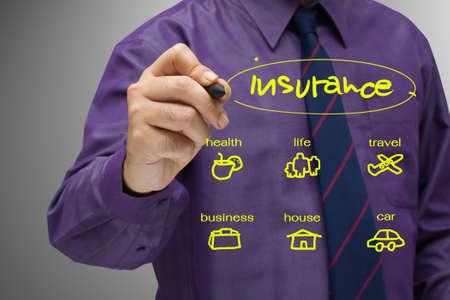 seguros: Hombre de negocios escribir un concepto de seguros