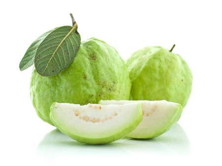 guayaba: Guayaba (fruta tropical) sobre fondo blanco