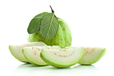 Guava (tropisch fruit) op een witte achtergrond