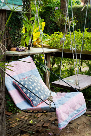 swing seat: Altalena sedile con cuscino in giardino