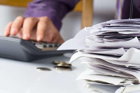 Rekeningen in papier nagel met de hand berekenen van