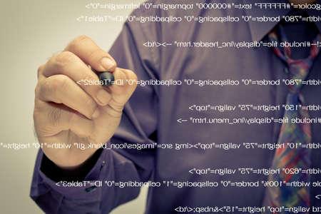 Man schrijf een computer broncode Stockfoto