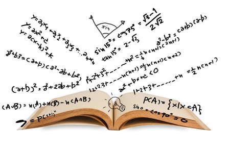 Geopend boek met wiskunde vergelijkingen