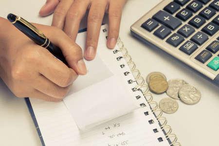 podatnika: Kobieta Closeup obliczenia finansowe pracÄ™ Zdjęcie Seryjne