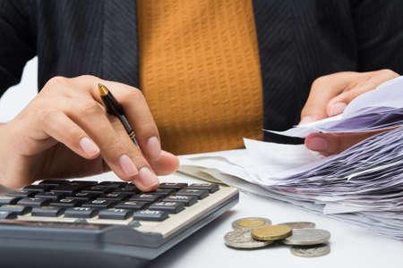 podatnika: Closeup kobieta pracuje z wpływów